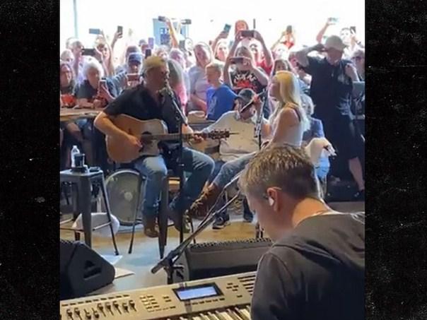 Blake Shelton & Gwen Stefani Surprise Fans with a Restaurant Performance